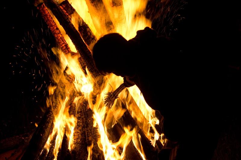 Zapálení koštěte na Svatojánském ohni na Soláni