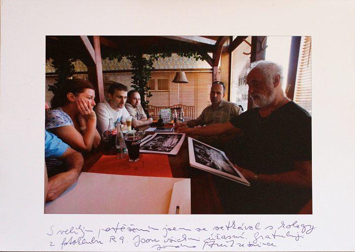 Jindřich Štreit nám pomáhá s výběrem fotografií do kalendáře pro Iskérku