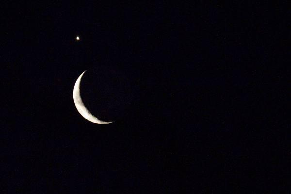 Snímek Měsíce s Venuší nad horním cípem srpku
