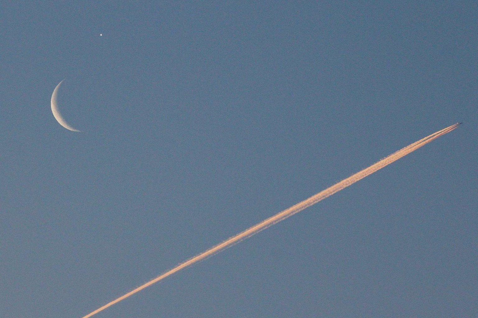 Snímek setkání Mesíce a Venuše s letadlem